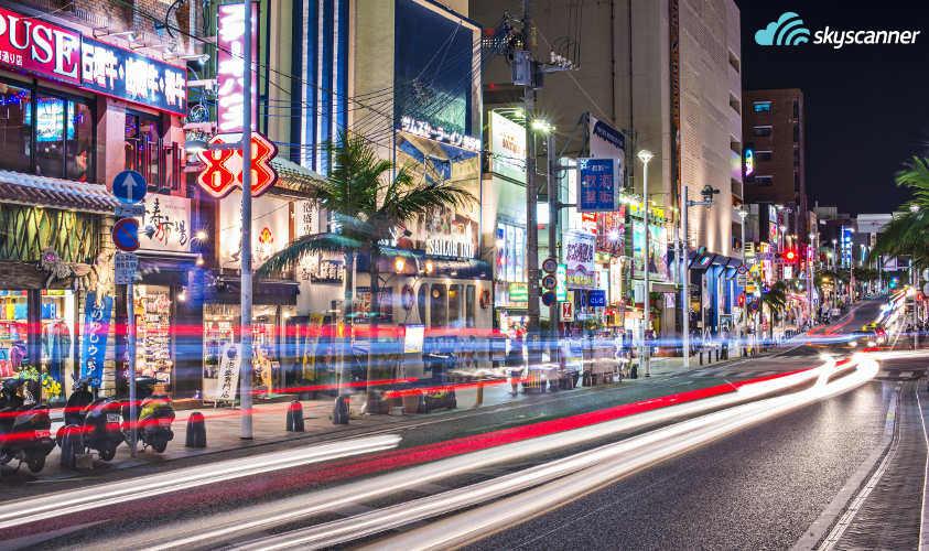 ถนนในเมืองนาฮายามค่ำคืน จังหวัดโอกินาว่า ประเทศญี่ปุ่น